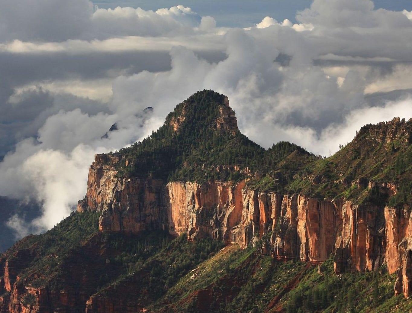 Oza Butte envuelto en nubes.
