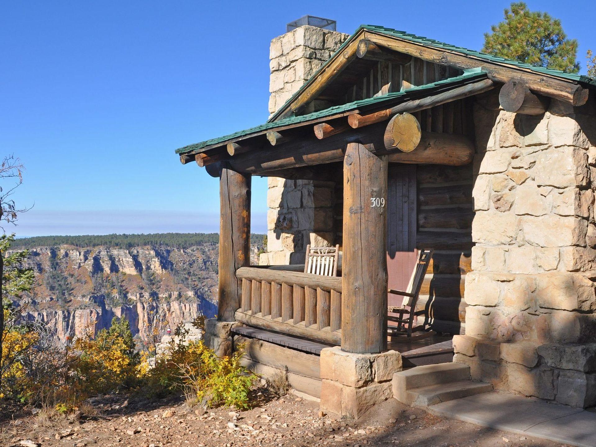Una cabaña en Grand Canyon Lodge en el borde norte del Gran Cañón.