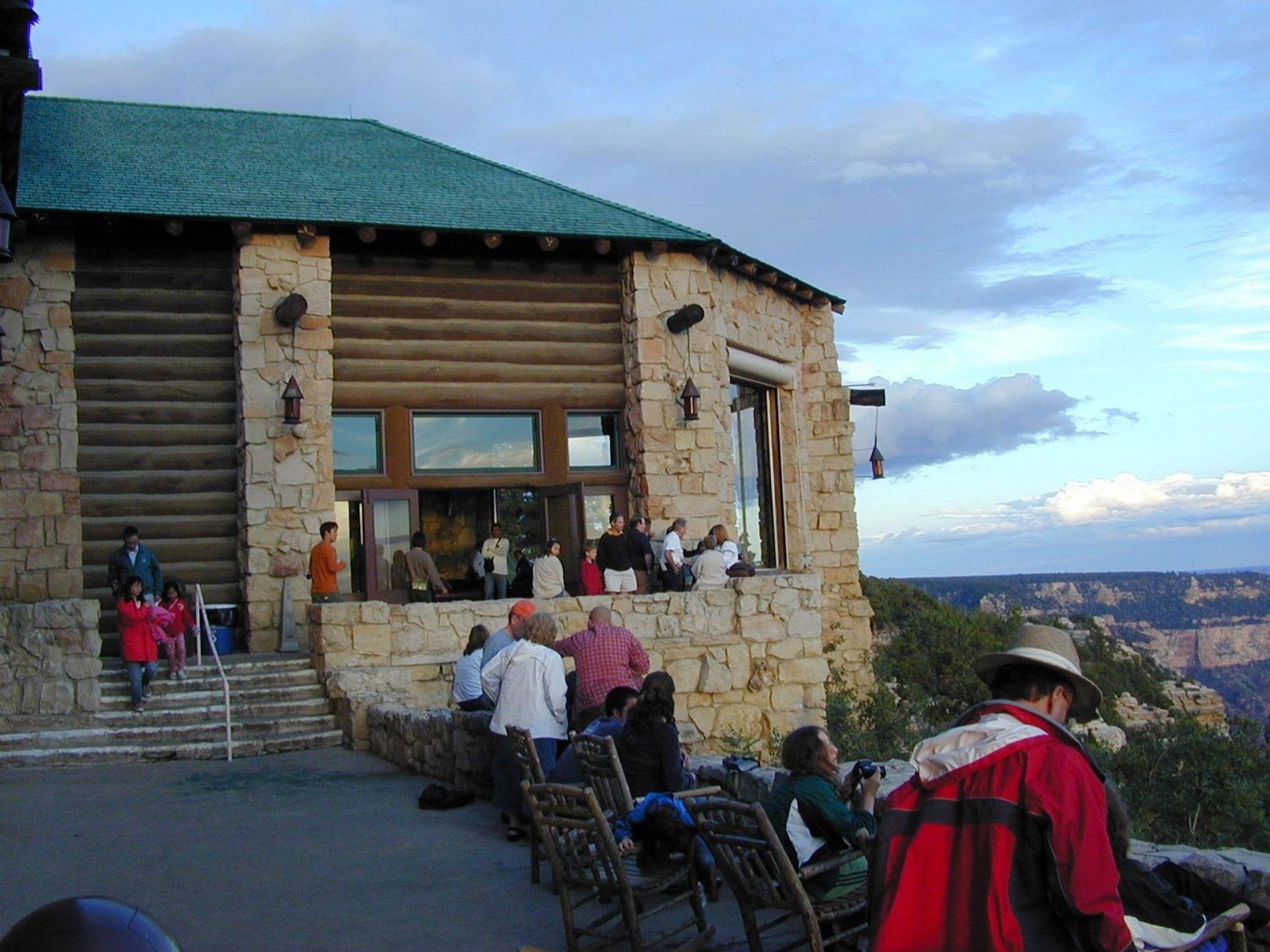 Los visitantes en el North Rim Lodge en el Gran Cañón disfrutan de las espléndidas vistas desde el patio. La cabaña cierra el 15 de octubre durante el invierno, reabriendo el 15 de mayo.
