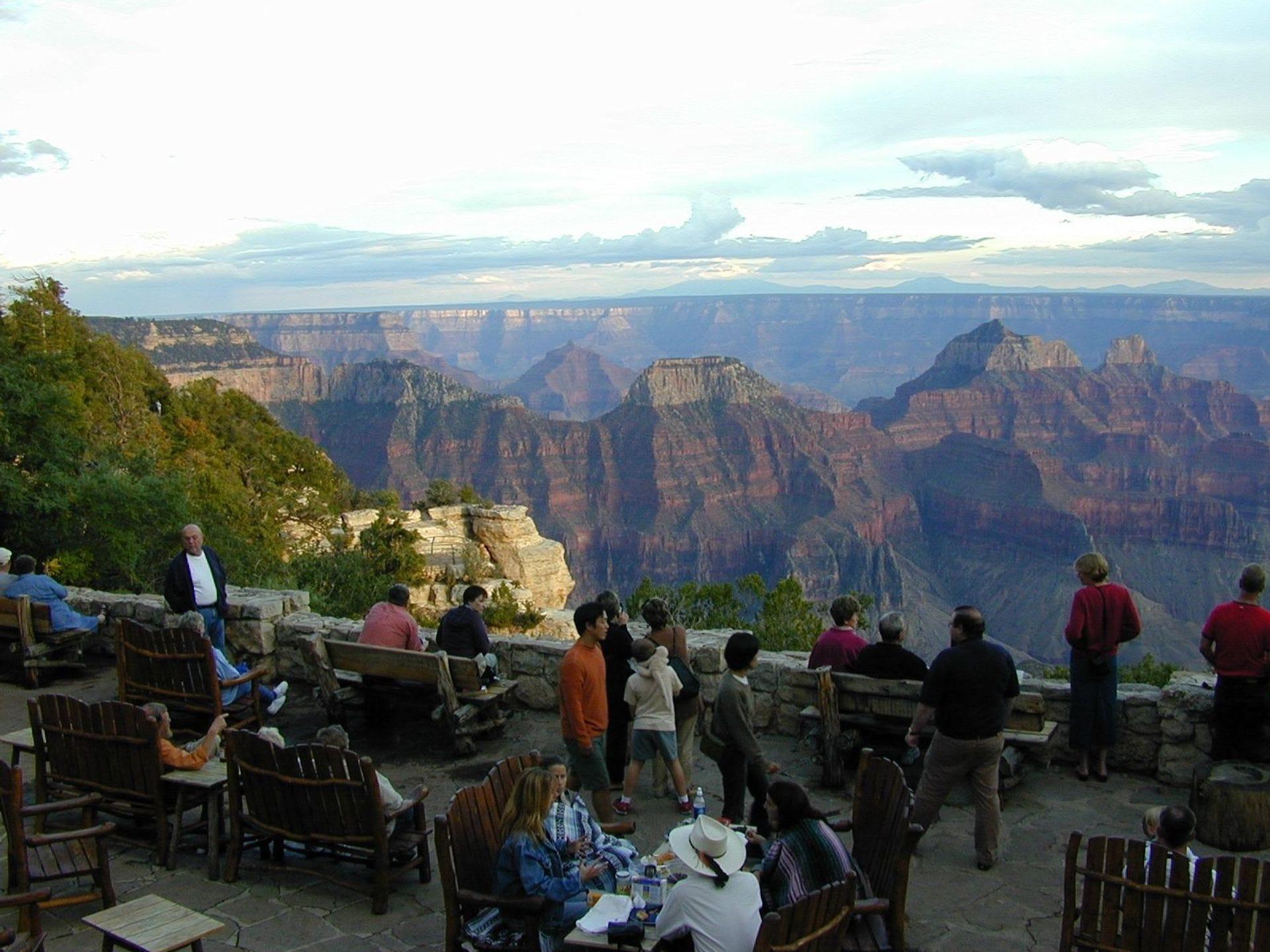 Los visitantes en el North Rim Lodge en el Gran Cañón disfrutan de las espléndidas vistas desde el patio.