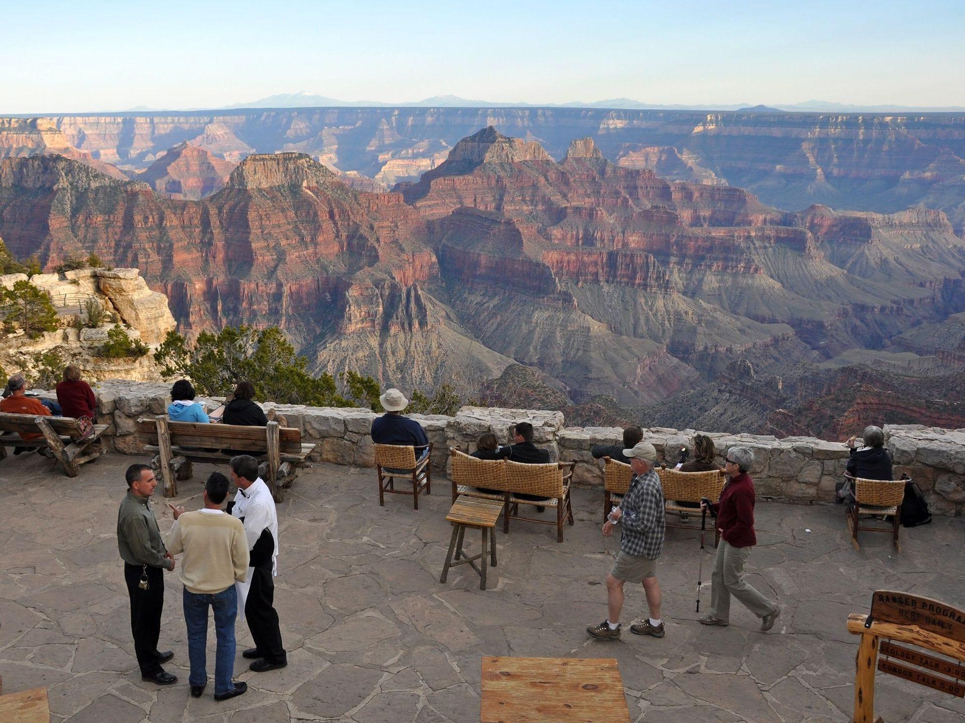 La vista desde el patio en el Grand Canyon Lodge en el borde norte del Gran Cañón. El albergue cierra el 15 de octubre para el invierno, reabriendo el 15 de mayo.
