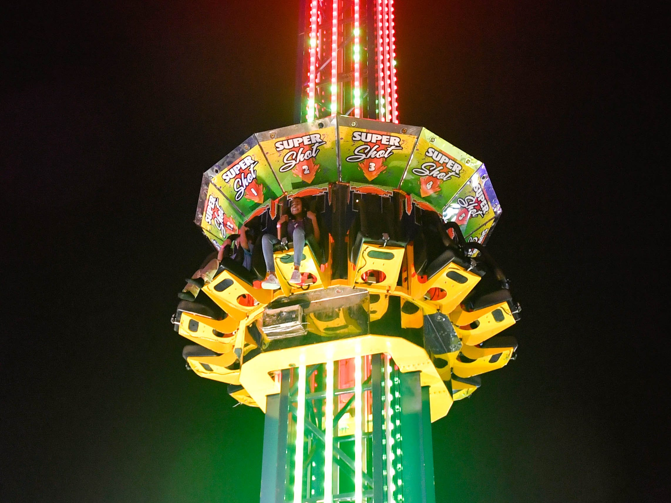 Super Shot takes riders up to the very top of the spire and drops them down in free fall.