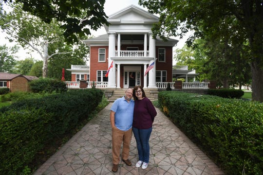 Kjersten and Greg Offenecker, the owners of amassive Civil War-era mansion turned bed andbreakfast in St. Johns have removed a Norwegian flag that's hung outside its main entrance for two years because they say too many people have mistaken it for the Confederate flag and confronted them about displaying it.