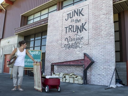 Stefanie Smallhouse con sus compras en el Junk in the Trunk Vintage Market en WestWorld el domingo, 20 de septiembre de 2015 en Scottsdale, Arizona.