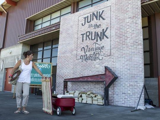 Stefanie Smallhouse con sus compras en el Junk in the Trunk Vintage Market en WestWorld el domingo, 20 de septiembre de 2015 en Scottsdale, Arizona.