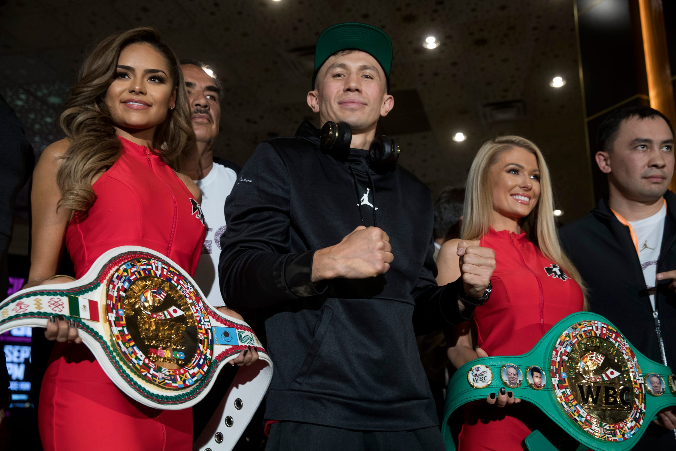 Gennady Golovkin posa junto a sus cinturones, en la última rueda de prensa previo a la pelea del sábado, celebrada el miércoles 12 de septiembre.