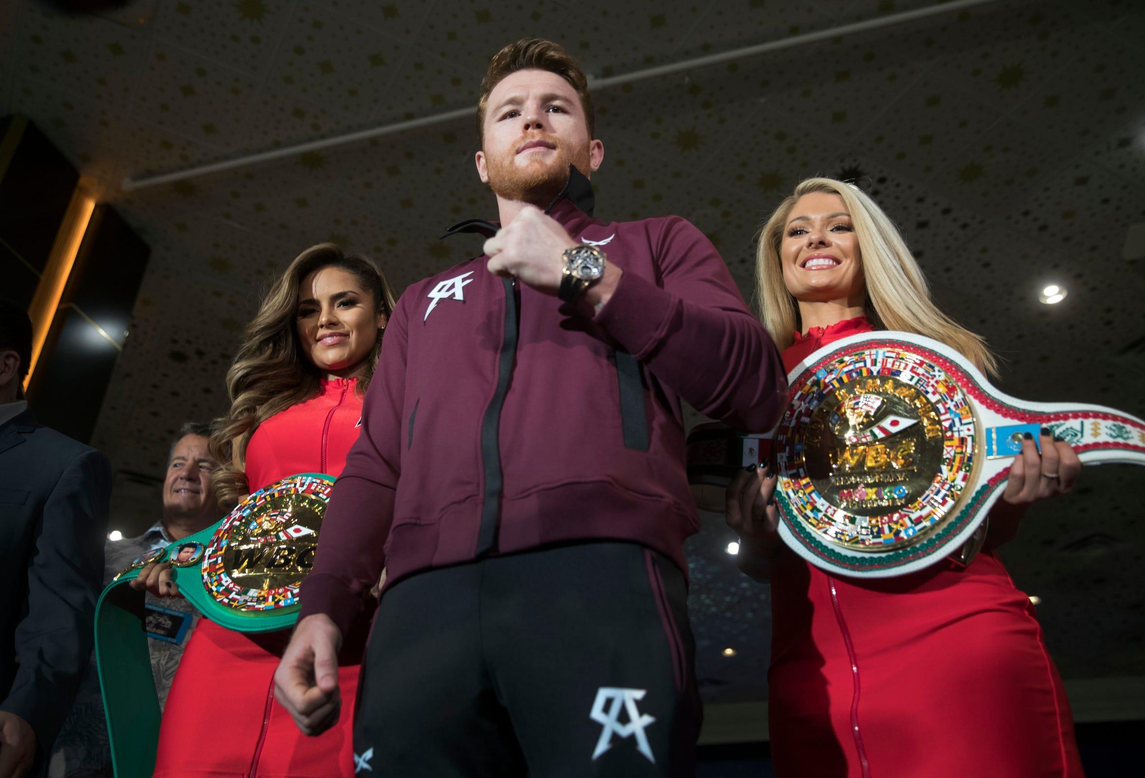 Gennady Golovkin posa junto a los dos cinturones en disputa, en la última rueda de prensa previo a la pelea del sábado, celebrada el miércoles 12 de septiembre.