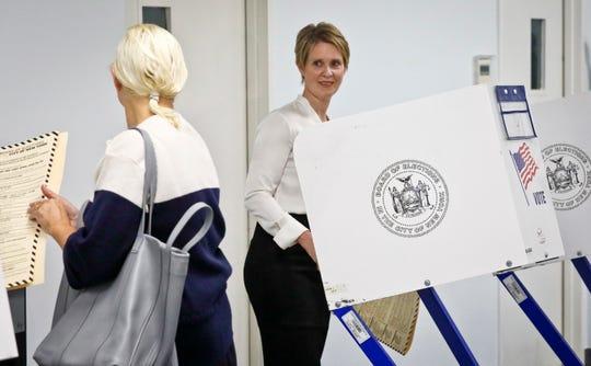 La actriz Cynthia Nixon, candidata la gubernatura de N.Y., acude a ejercer su voto.