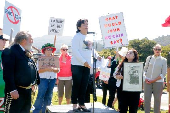 La abogada de migración de Salinas Blanca Zarazúa habla en el Parque Regional Palo Corona del condado de Monterey, California, durante una visita que hizo Joe Arpaio, antiguo alguacil del condado de Maricopa, Arizona. Arpaio fue invitado a hablar durante un almuerzo de la Federación de Mujeres Republicanas de la Península de Monterey en el Valle de Carmel.
