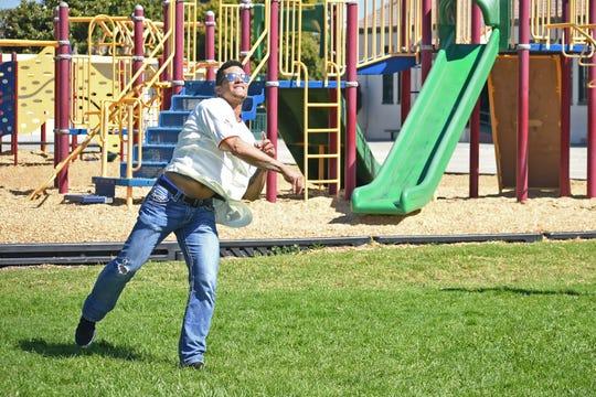 El jardinero central Gorkys Hernández, de los Gigantes de San Francisco, lanza una pelota de béisbol para demostrar la forma en que los ángulos afectan su trayectoria.