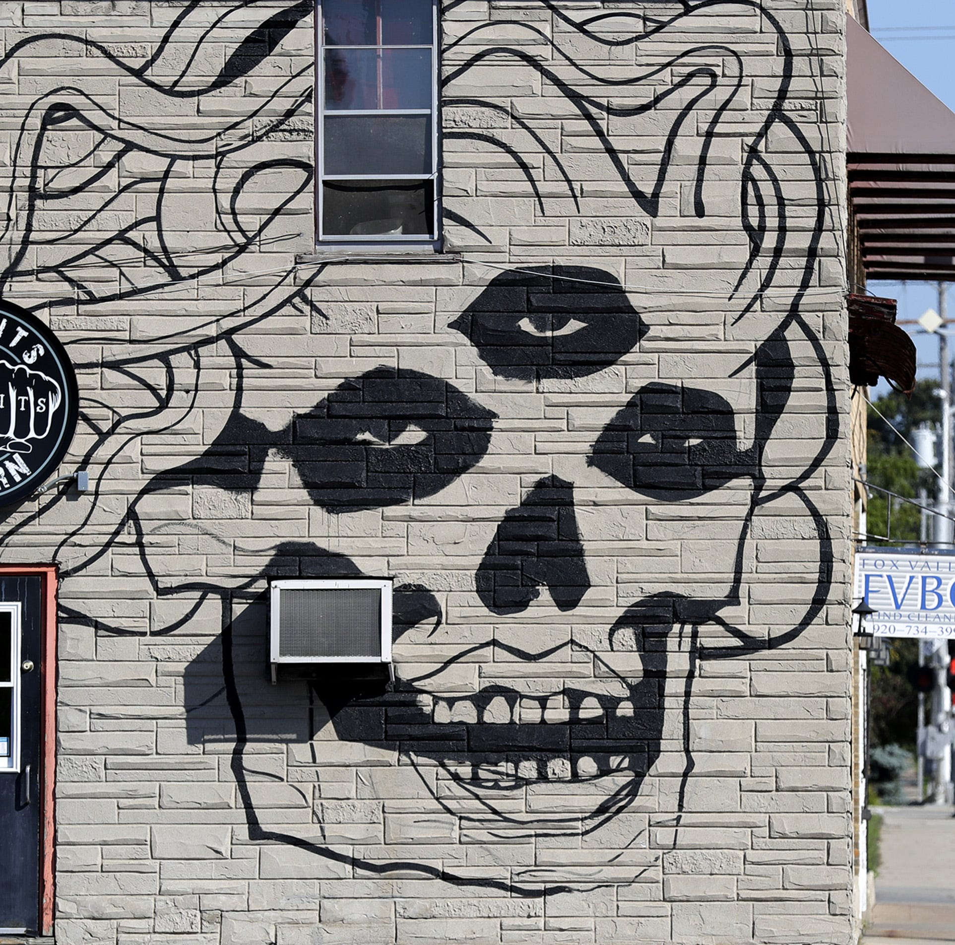 New mural at Missfits Tavern in Appleton draws praise, criticism