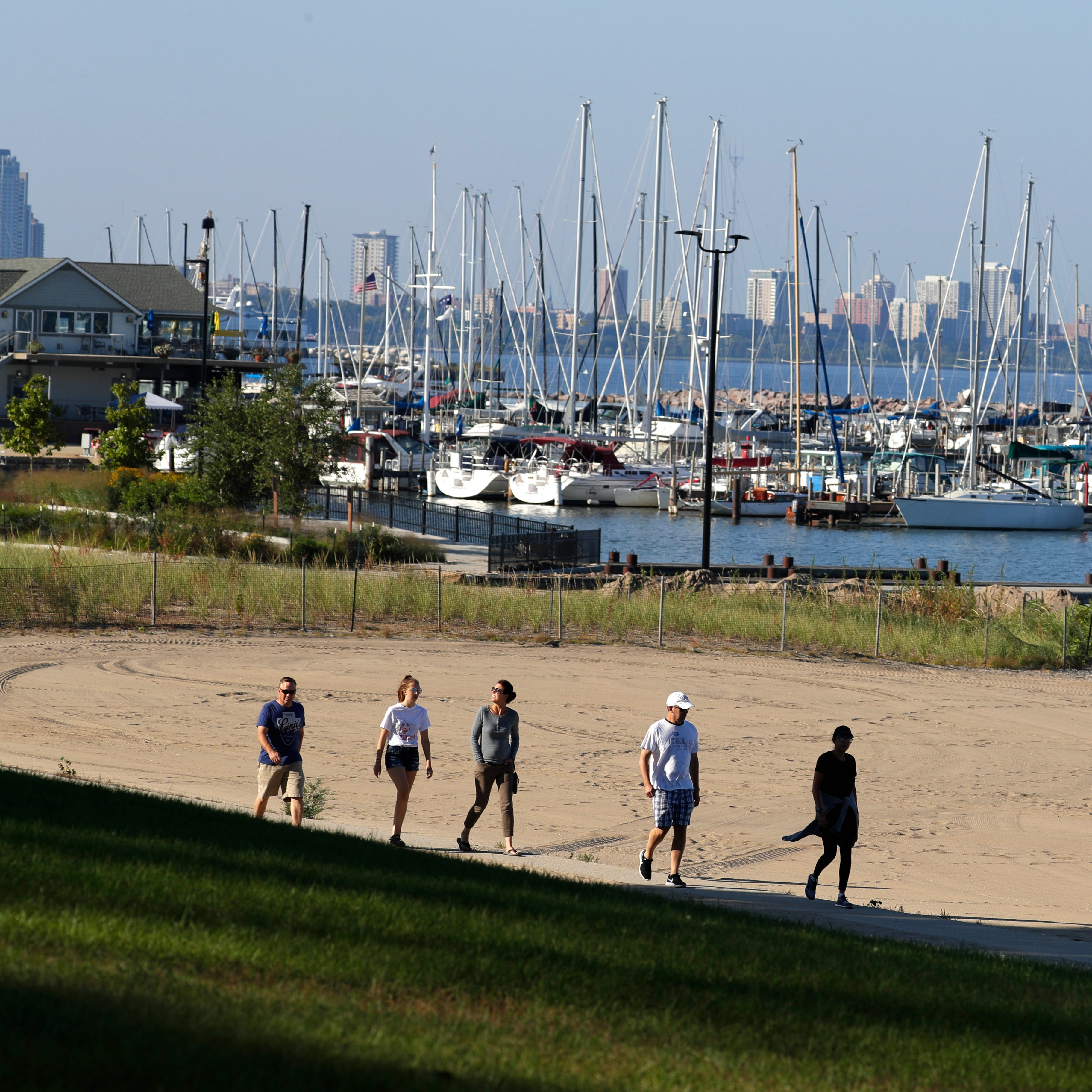 Stingl: South Shore Yacht Club bartender pulls a drowning woman from Lake Michigan