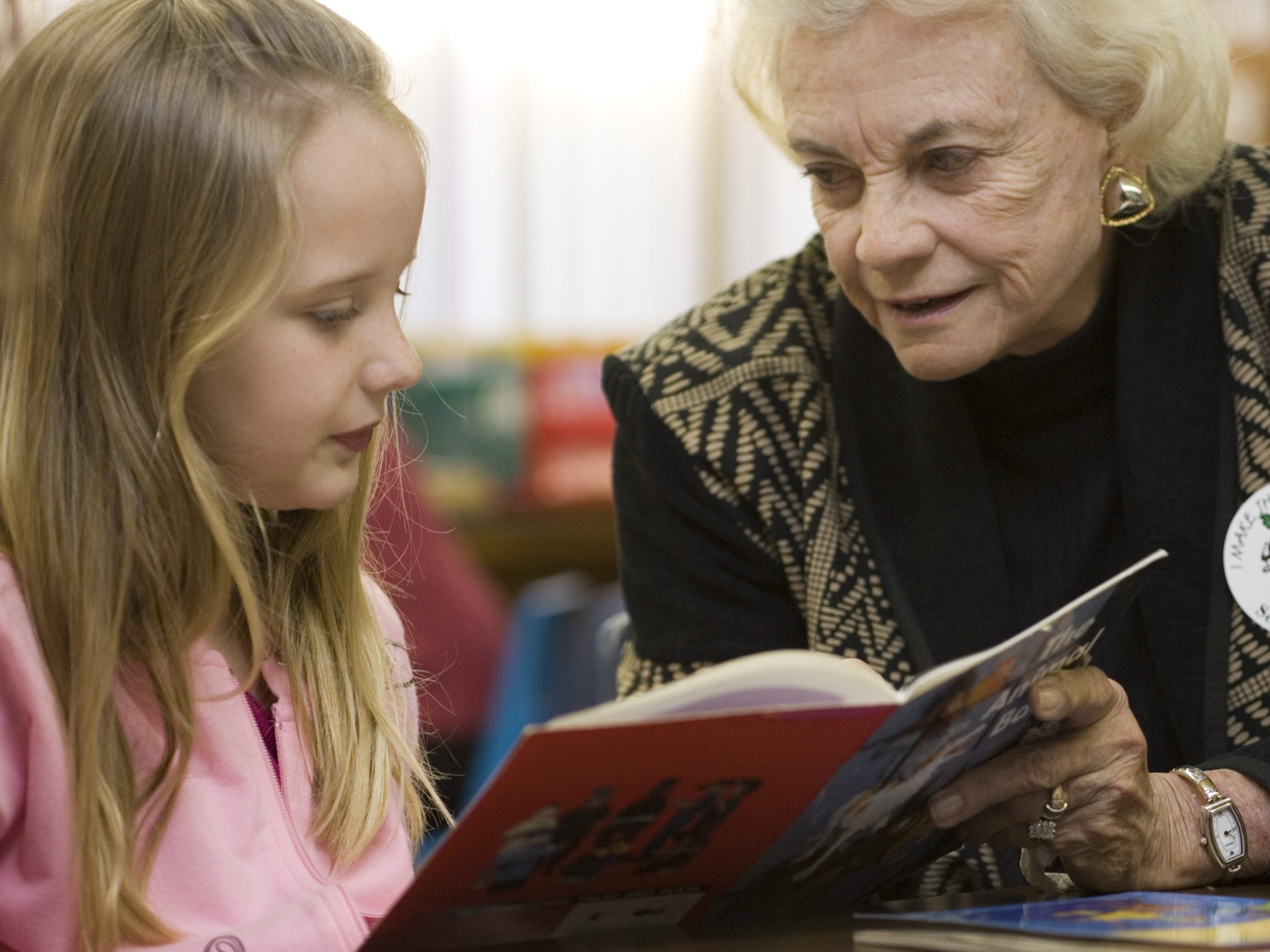 Sandra Day O'Connor helps  8-year-old Drue Benton, a second-grader at Navajo Elementary School,  with her reading on Jan. 16, 2007.
