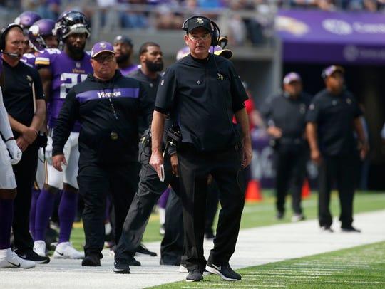 El entrenador en jefe de los Minnesota Vikings, Mike Zimmer, mira desde la línea lateral durante la segunda mitad de un partido de fútbol de la NFL contra los San Francisco 49ers, el domingo 9 de septiembre de 2018 en Minneapolis.