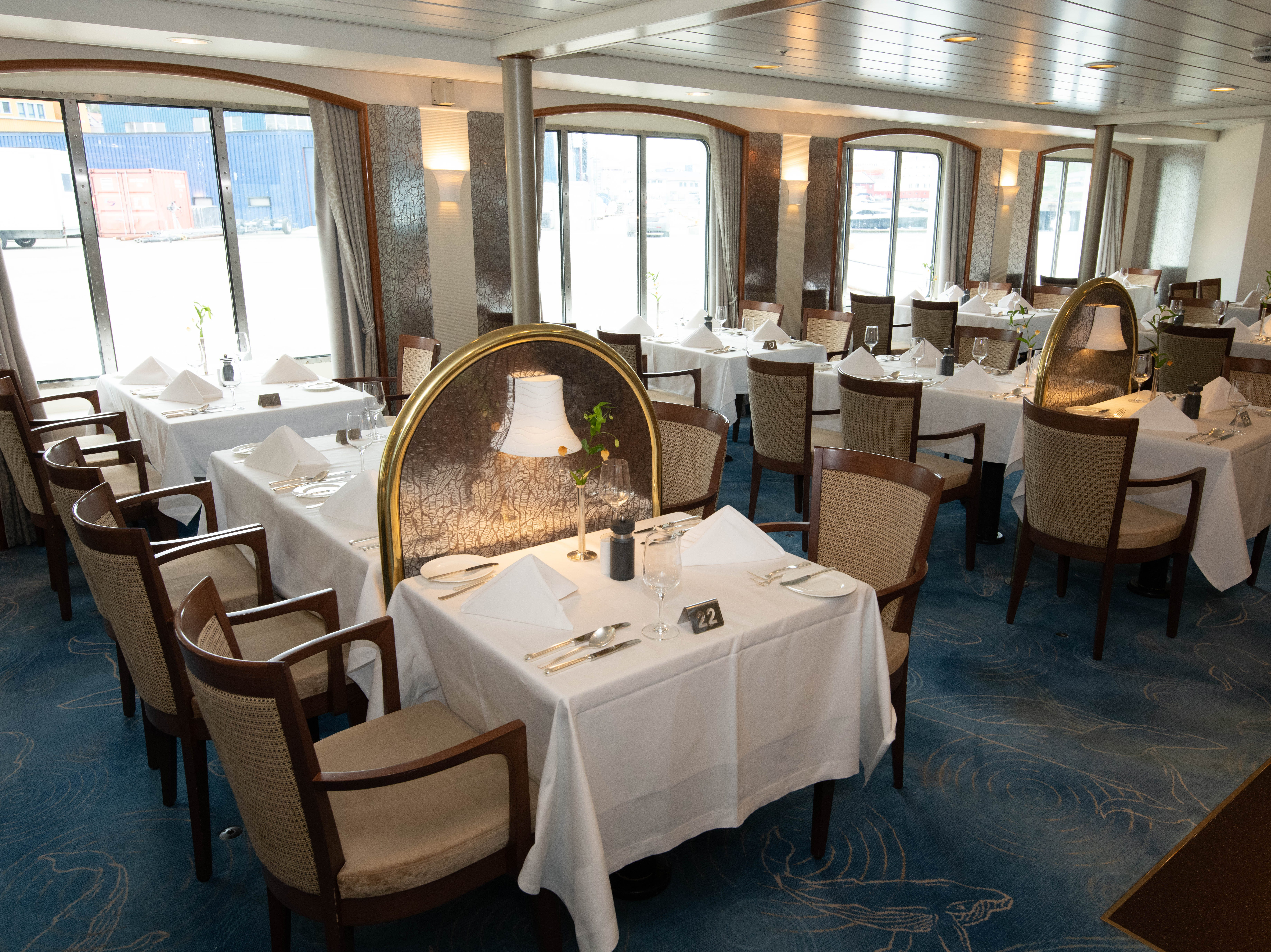 The restaurant also opens for breakfast and lunch, but is rarely busy as many passengers eat breakfast and lunch in the Bremen Club lounge.