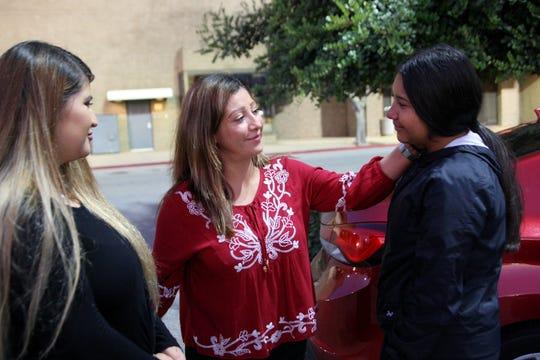 María Ramírez (al centro) habla con sus hijas Lizbeth Espinoza Ramírez (izquierda) y Betty Espinoza Ramírez (derecha) poco antes de salir de viaje a México con Betty. Lizbeth no pudo ir debido a sus obligaciones de trabajo.