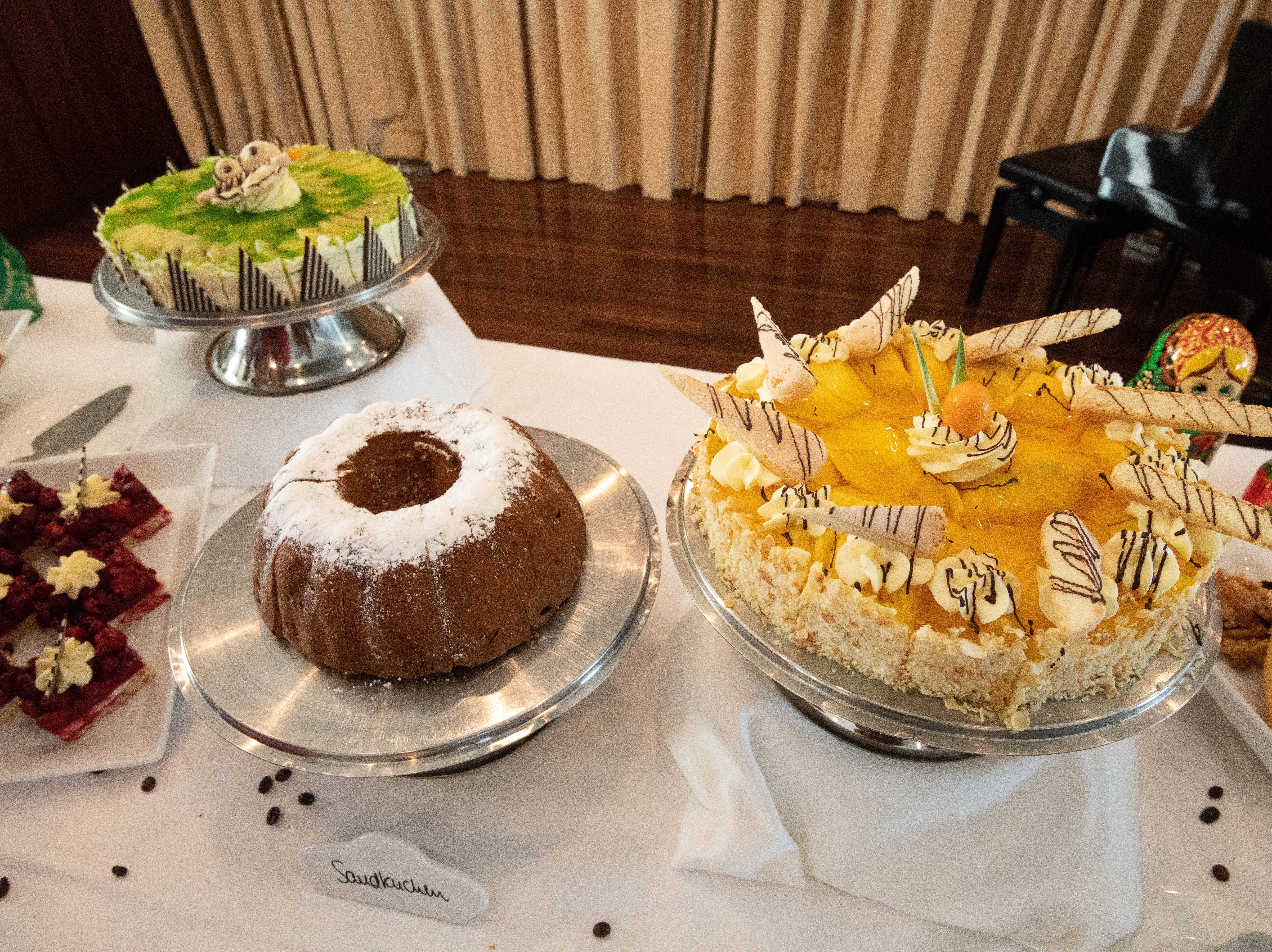 Tea time with elegant cakes and pastries in the Bremen Club lounge is a Bremen tradition.