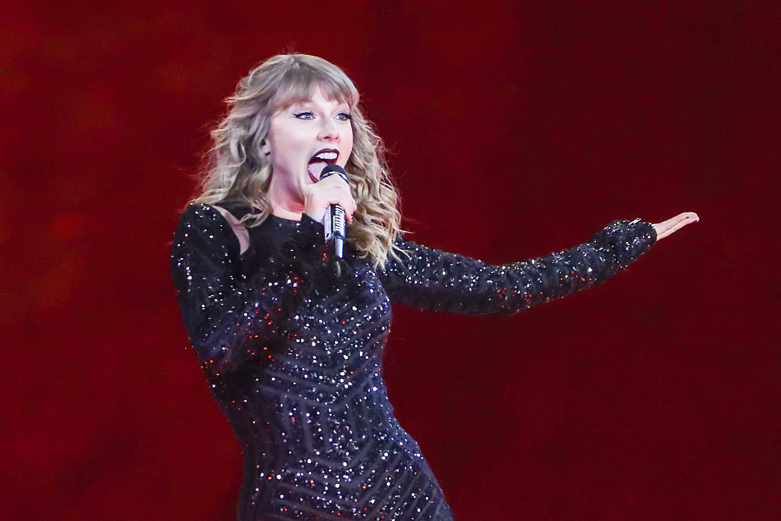 Swifties Flood Lucas Oil Stadium For Taylor Swift S Reputation Tour