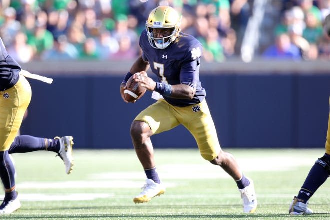 Notre Dame Fighting Irish quarterback Brandon Wimbush (7) runs the football in game between the Notre Dame Fighting Irish and the Vanderbilt Commodores at Notre Dame Stadium in South Bend, Ind., on Saturday, Sept. 15, 2018. Notre Dame Fighting Irish defeats Vanderbilt Commodores 22-17.