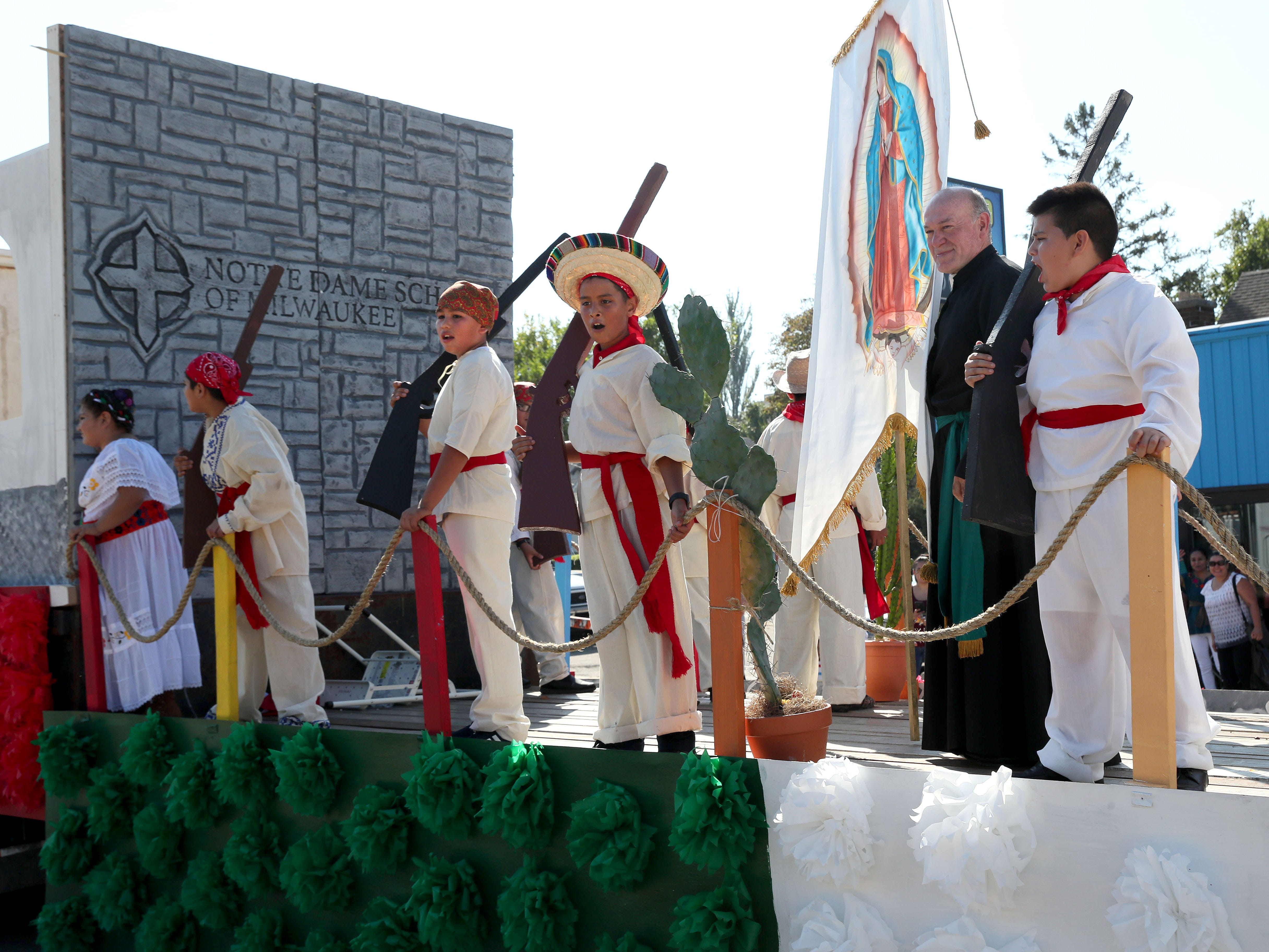 A float from Notre Dame School of Milwaukee recalls the Mexican fight for independence.