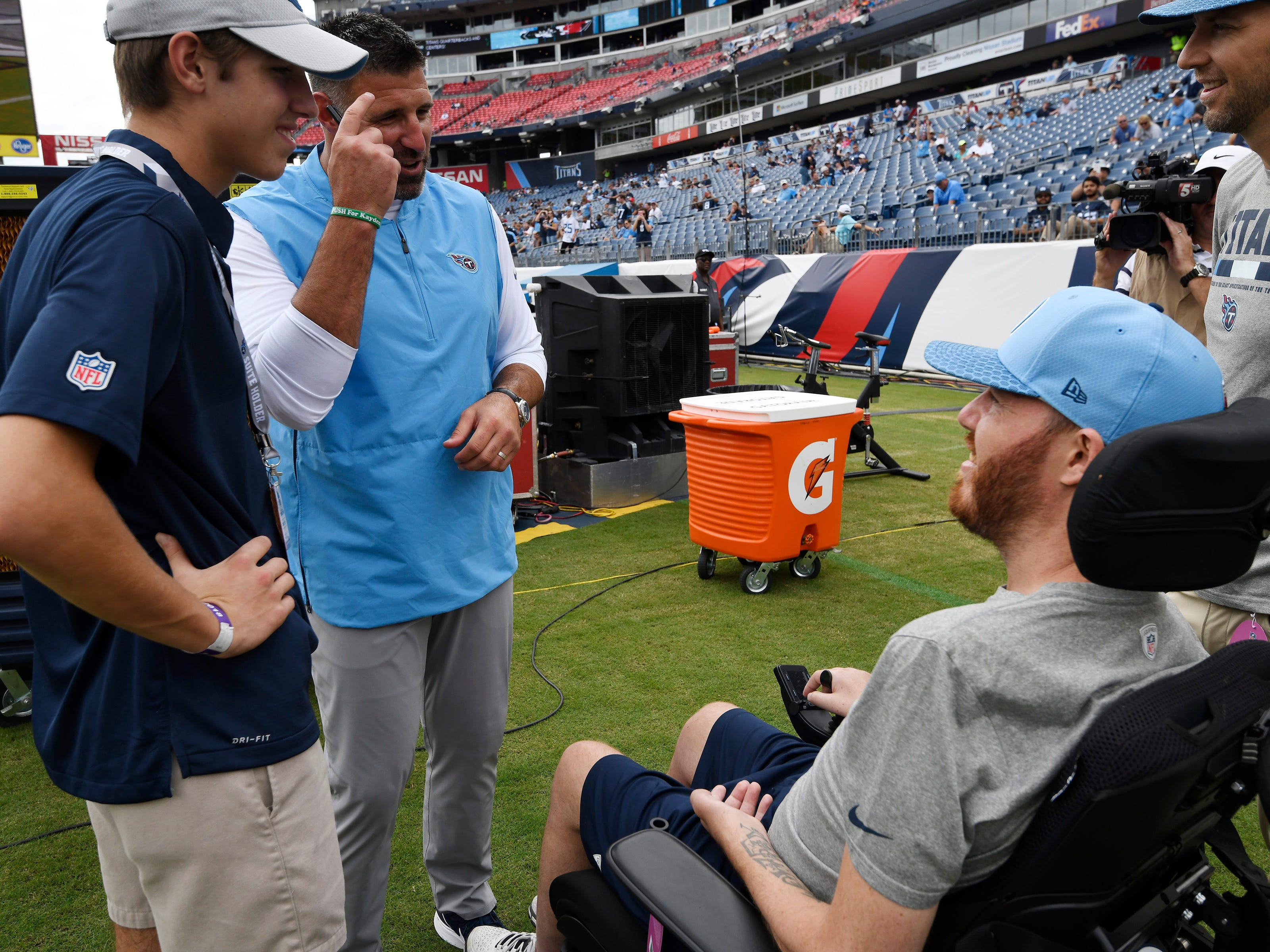 Titans head coach Mike Vrabel and his son Carter chat with former Titan Tim Shaw before the game at Nissan Stadium Sunday, Sept. 16, 2018, in Nashville, Tenn.