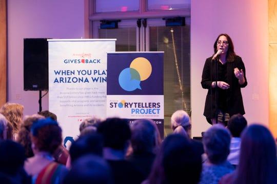 Megan Finnerty menceritakan kisahnya selama Arizona Storytellers Project mempresentasikan Penelusuran di Desert Botanical Garden di Phoenix pada hari Kamis, 13 September 2018.