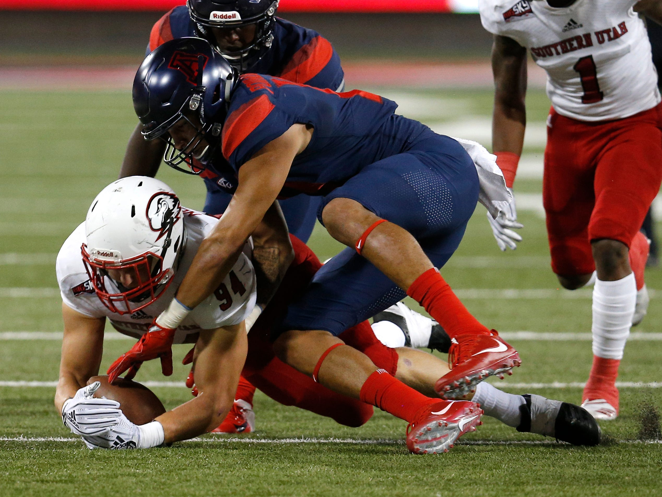 Southern Utah linebacker Taylor Nelson (94) recovers a fumble in front of Arizona wide receiver Shawn Poindexter in the first half during an NCAA college football game, Saturday, Sept. 15, 2018, in Tucson, Ariz. (AP Photo/Rick Scuteri)
