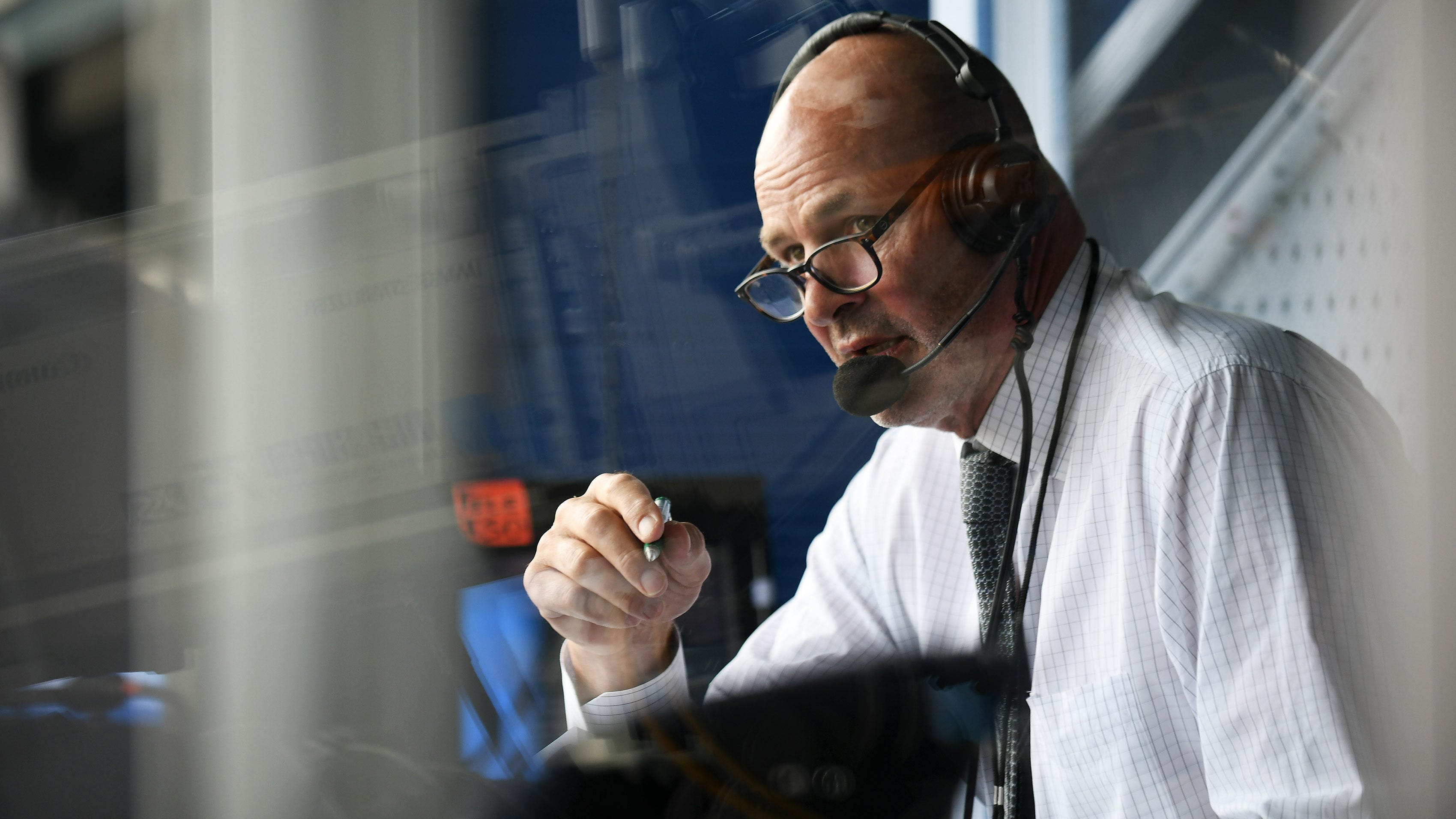 Former Tigers and Michigan State great Kirk Gibson, a Fox Sports Detroit broadcaster, drew a crowd of 800 Monday in Grand Rapids.
