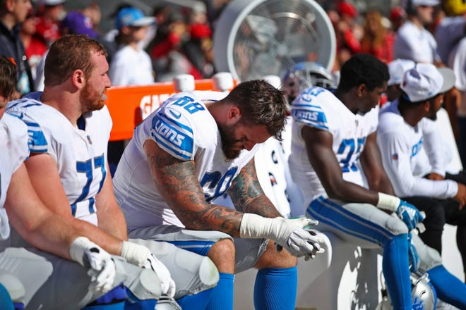 From left, Detroit Lions center Frank Ragnow (77), offensive tackle Taylor Decker, and running back Kerryon Johnson sit on the bench during the second half.
