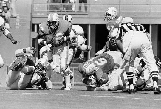 Bob DeMarco (No. 61, blocking at right)