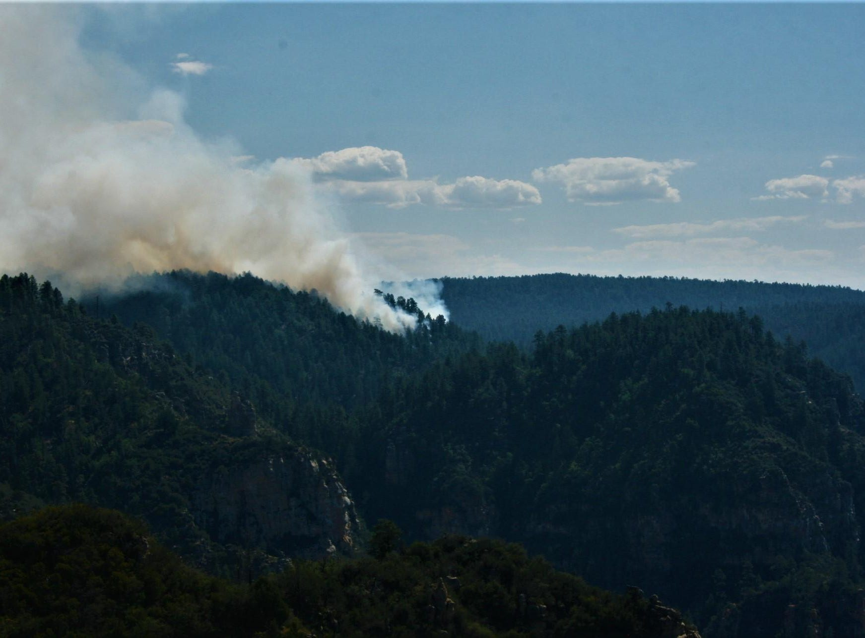 The Platypus Fire backs down the Mogollon Rim