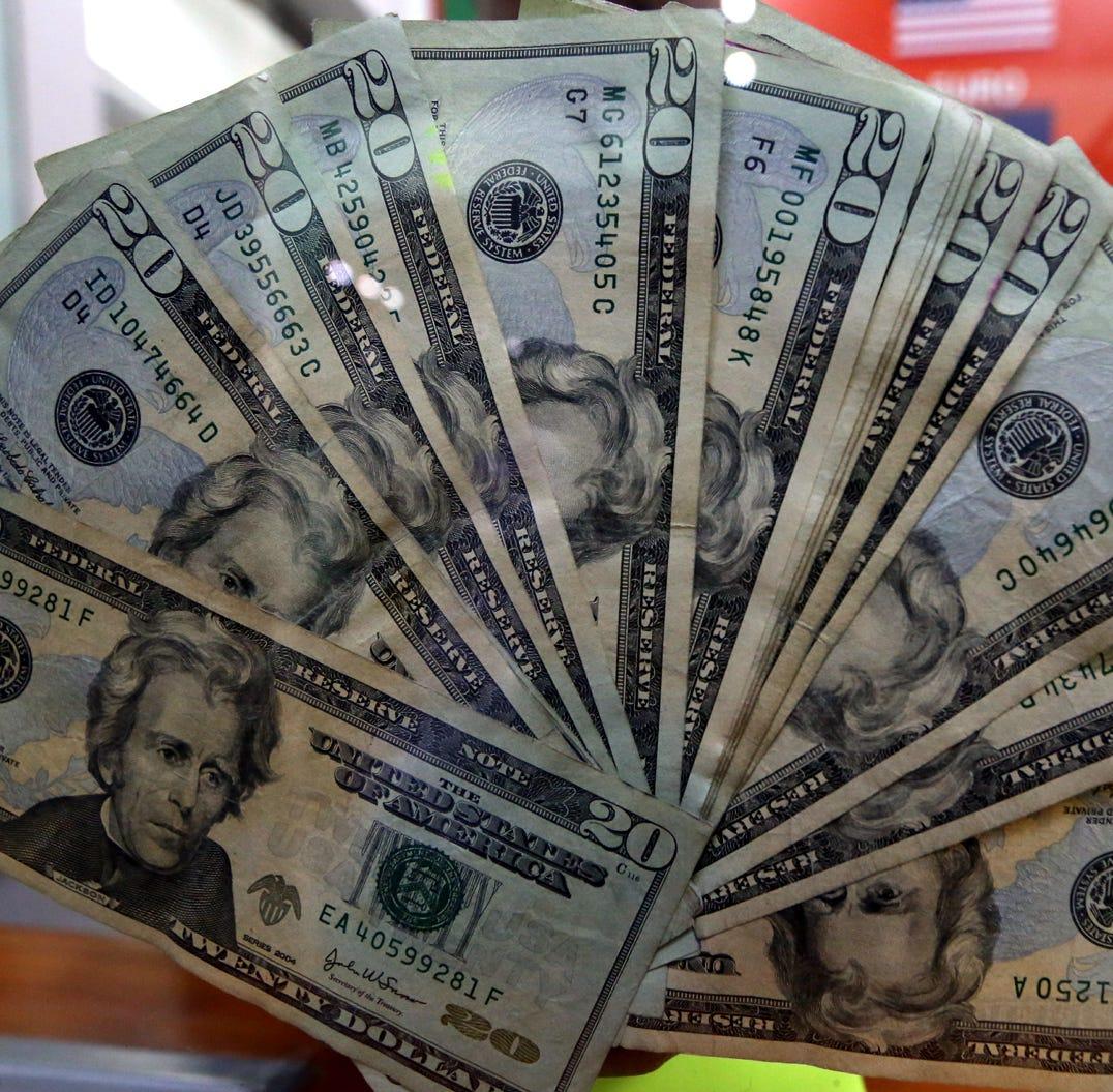 Baja precio del dólar, se vende a 19.15pesos