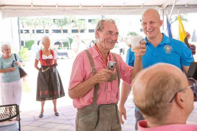 The most important phrase to memorize for Oktoberfest is'Ein Bier, bitte!'('A beer, please!').