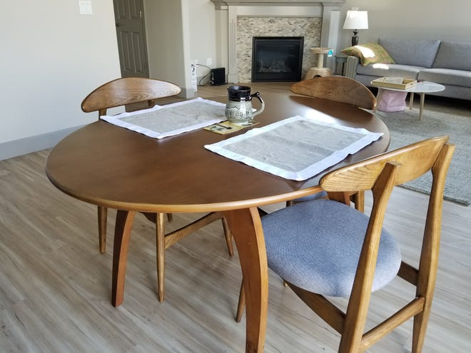 Keep your dining room table free of clutter for good feng shui.