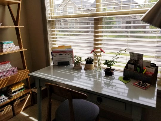 The office desk like this one should be kept free of clutter with living plants as accents.