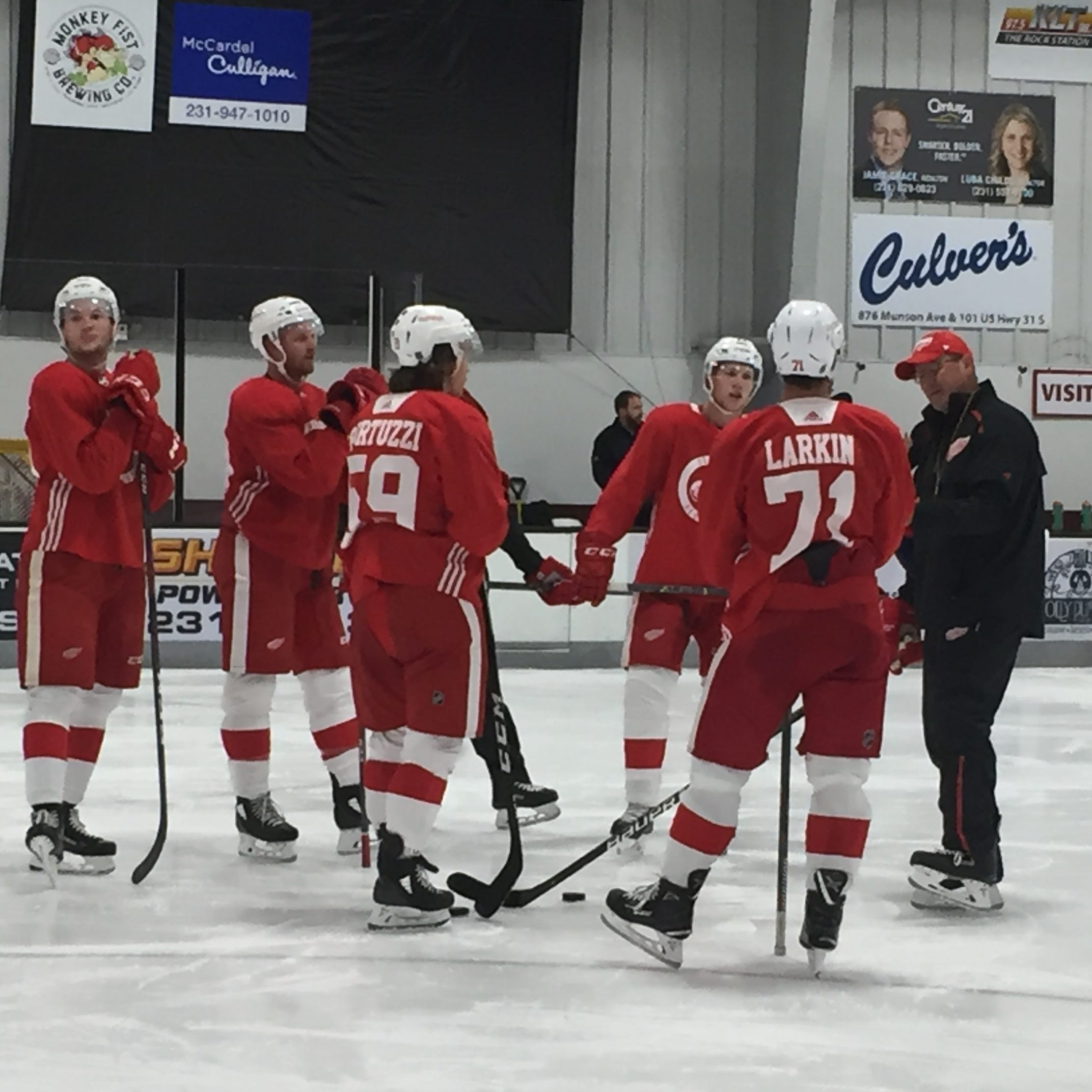 Dan Bylsma instructs one of the Red Wings' power play units. Sept. 18, 2018.