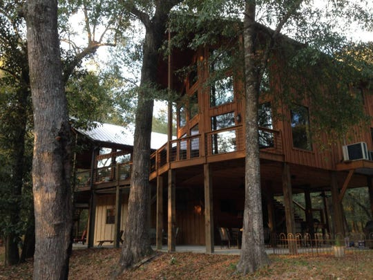 The Lazy Leaf River Estate in Hattiesburg overlooks the Leaf River on 4.5 acres in a quiet secluded area – great for kayaking and fishing.