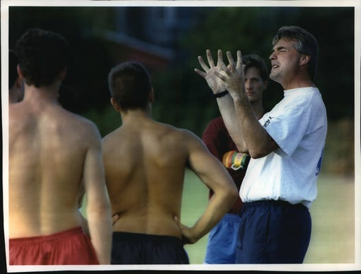 1993 Press Photo Marquette Soccer Coach Steve Adlard Talks To His Players