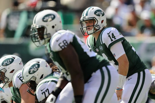 EAST RUTHERFORD, NJ - SEPTEMBER 16:  Quarterback Sam Darnold #14 of the New York Jets makes a call at the line of scrimmage against the Miami Dolphins during the first half at MetLife Stadium on September 16, 2018 in East Rutherford, New Jersey.
