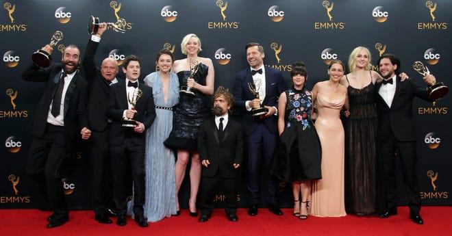 Elenco y directores de 'Game of Thrones'.