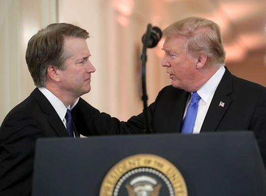 El presidente Donald Trump saluda a su nominado a la Corte Suprema Brett M. Kavanaugh.