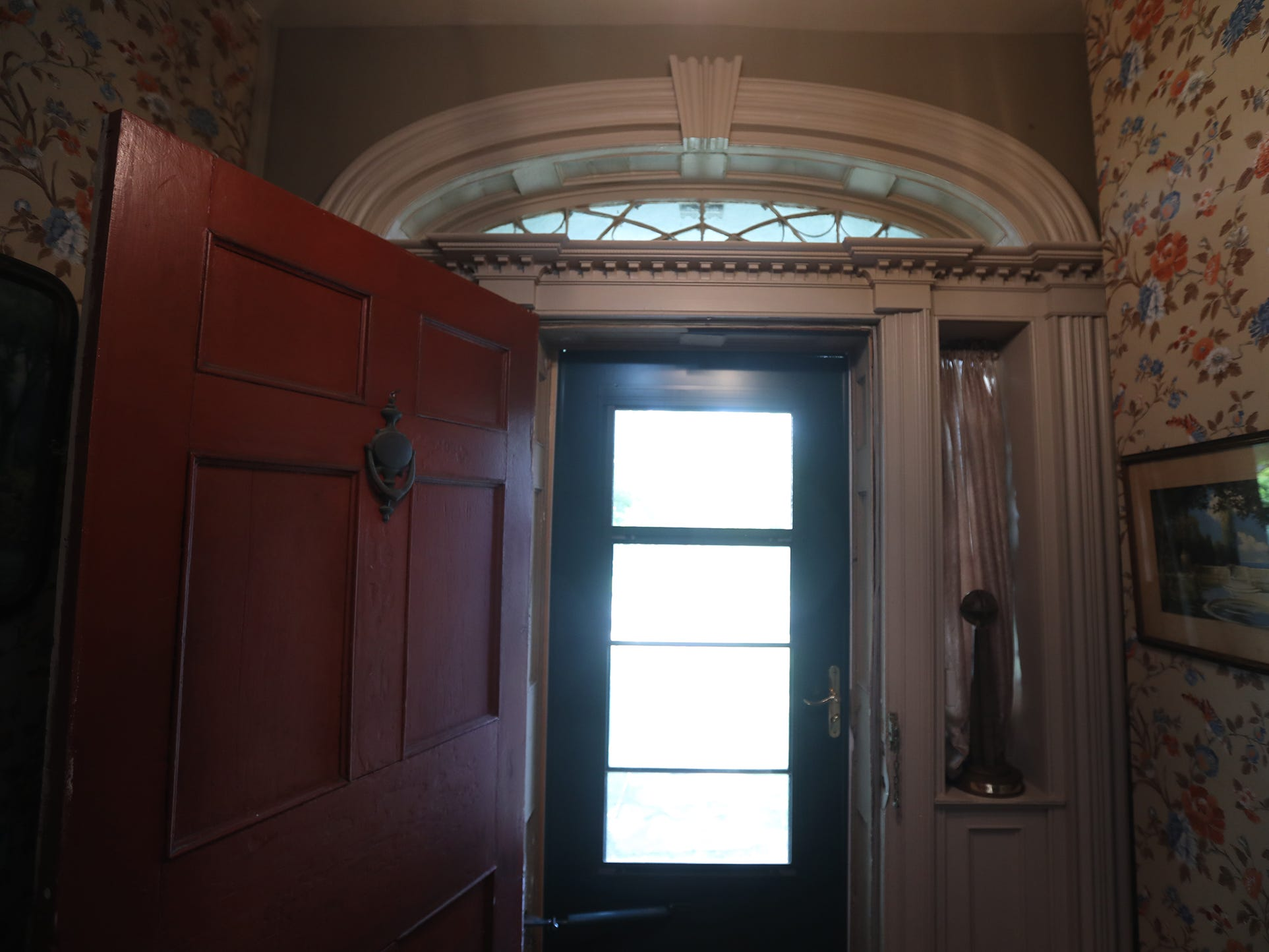 The window above the door called a fan light, is one of the features of a typical Federal-style house.