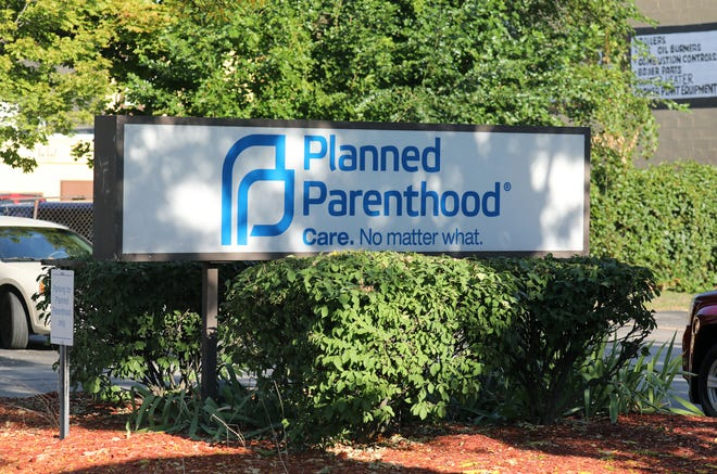 There is a 15-foot buffer zone in front of the entrances to Planned Parenthood on University Avenue.