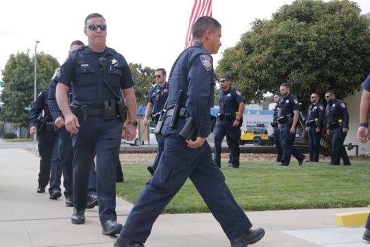 Los oficiales de policía de Salinas se forman para honrar a un comandante que se retiró recientemente. Las pensiones son lo que más está provocando el crecimiento en los gastos de la ciudad y se proyecta que sigan haciéndolo, en gran medida debido a las pensiones de seguridad pública.