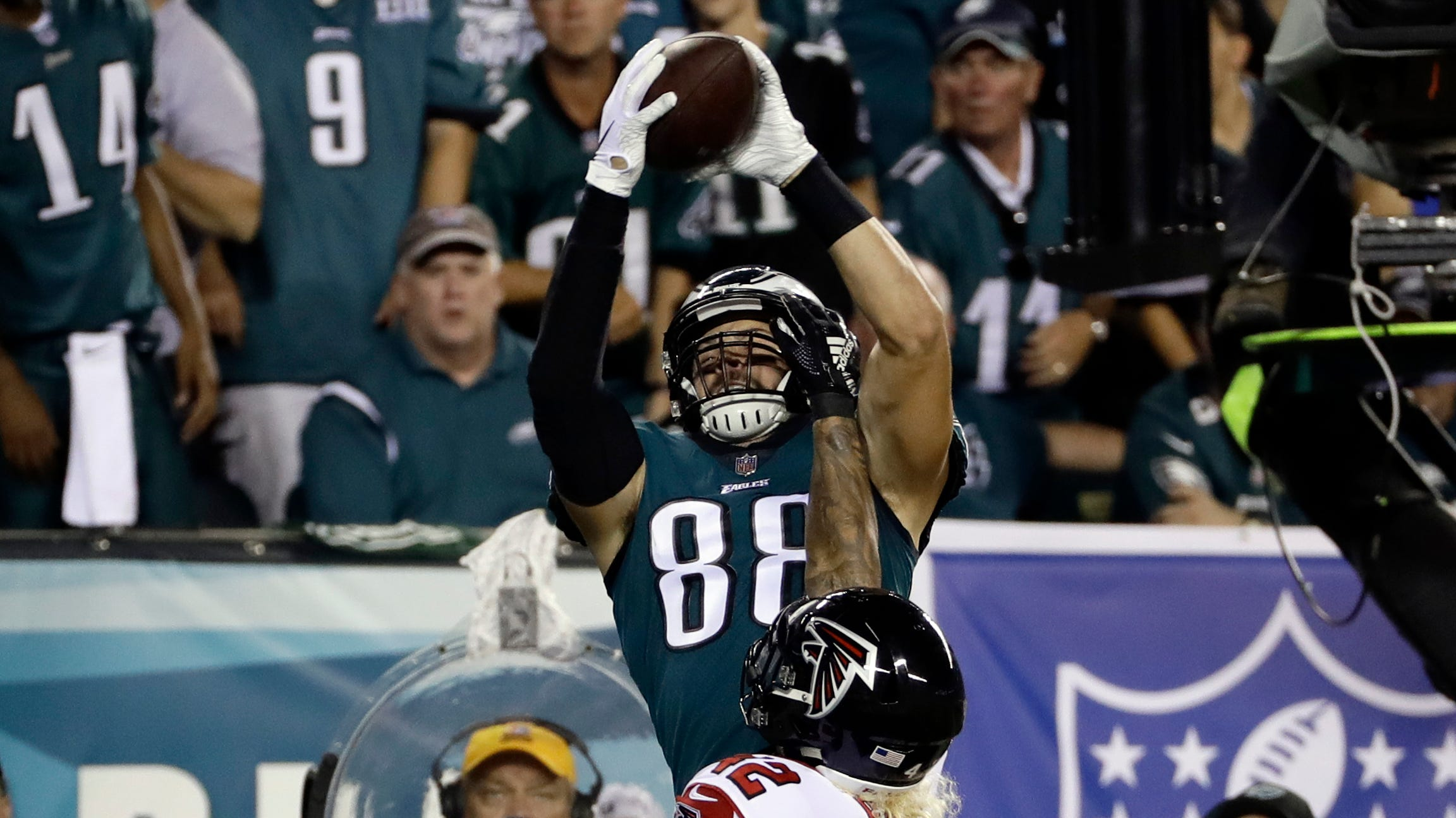 The Eagles have re-signed Jordan Matthews, a good friend of QB Carson Wentz, to flesh out a depleted receiving corps.