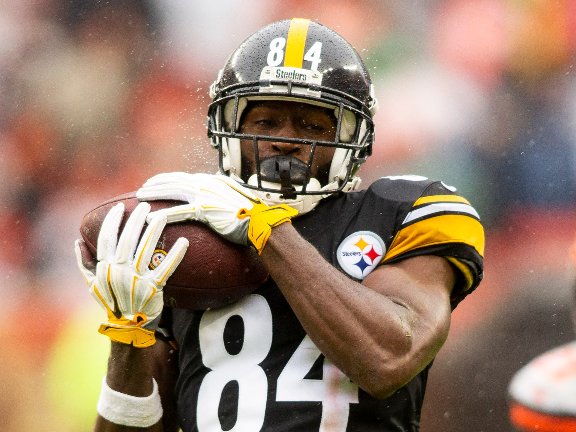 Pittsburgh Steelers wide receiver Antonio Brown (84) makes a reception against Cleveland Browns defensive back Terrance Mitchell (39) during the fourth quarter at FirstEnergy Stadium.