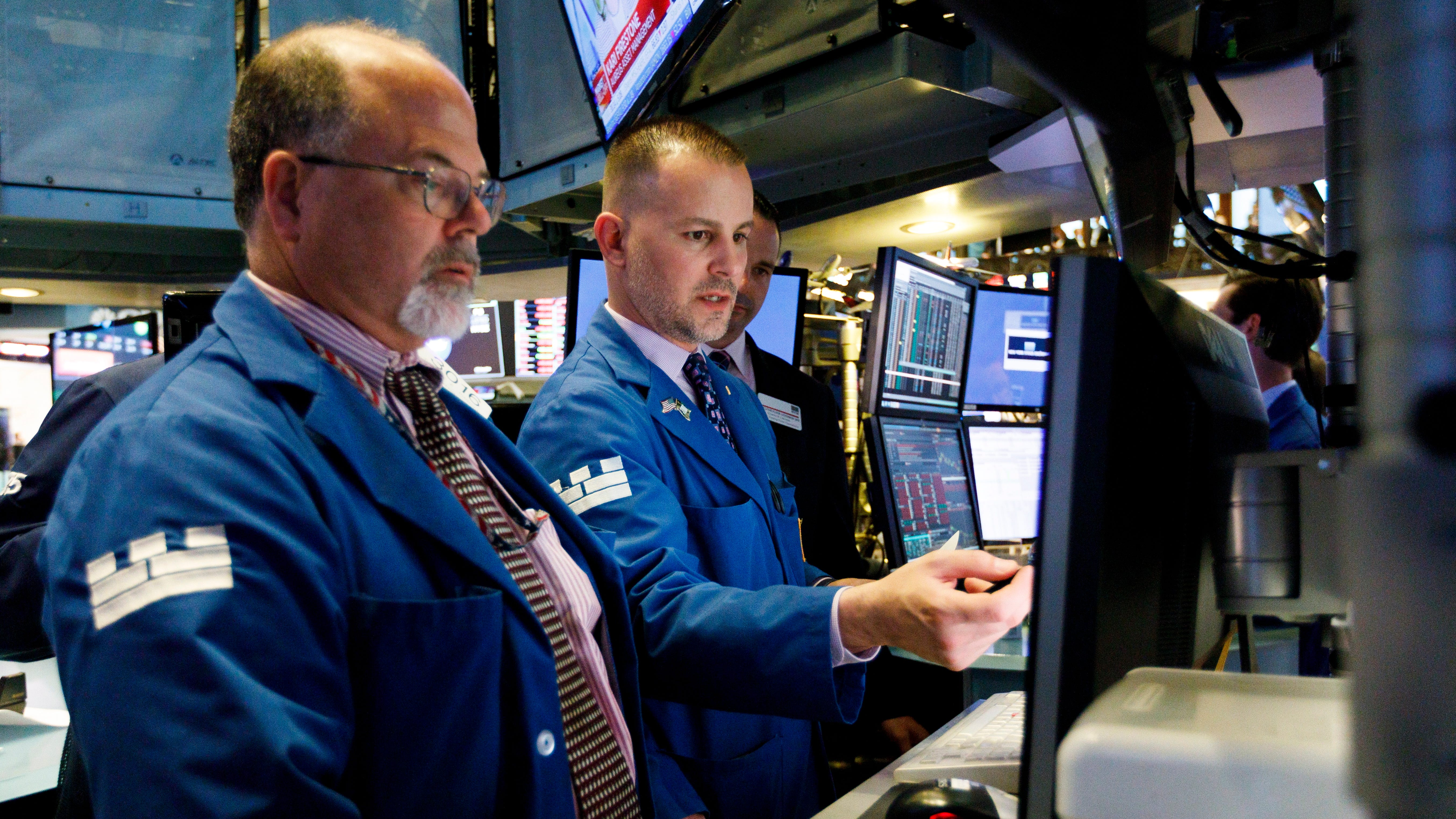 epa06840366 Traders work on the floor of the New York Stock Exchange in New York, New York, USA, on 25 June 2018. The Dow Jones industrials closed the day down over 300 points.  EPA-EFE/JUSTIN LANE ORG XMIT: JLX16