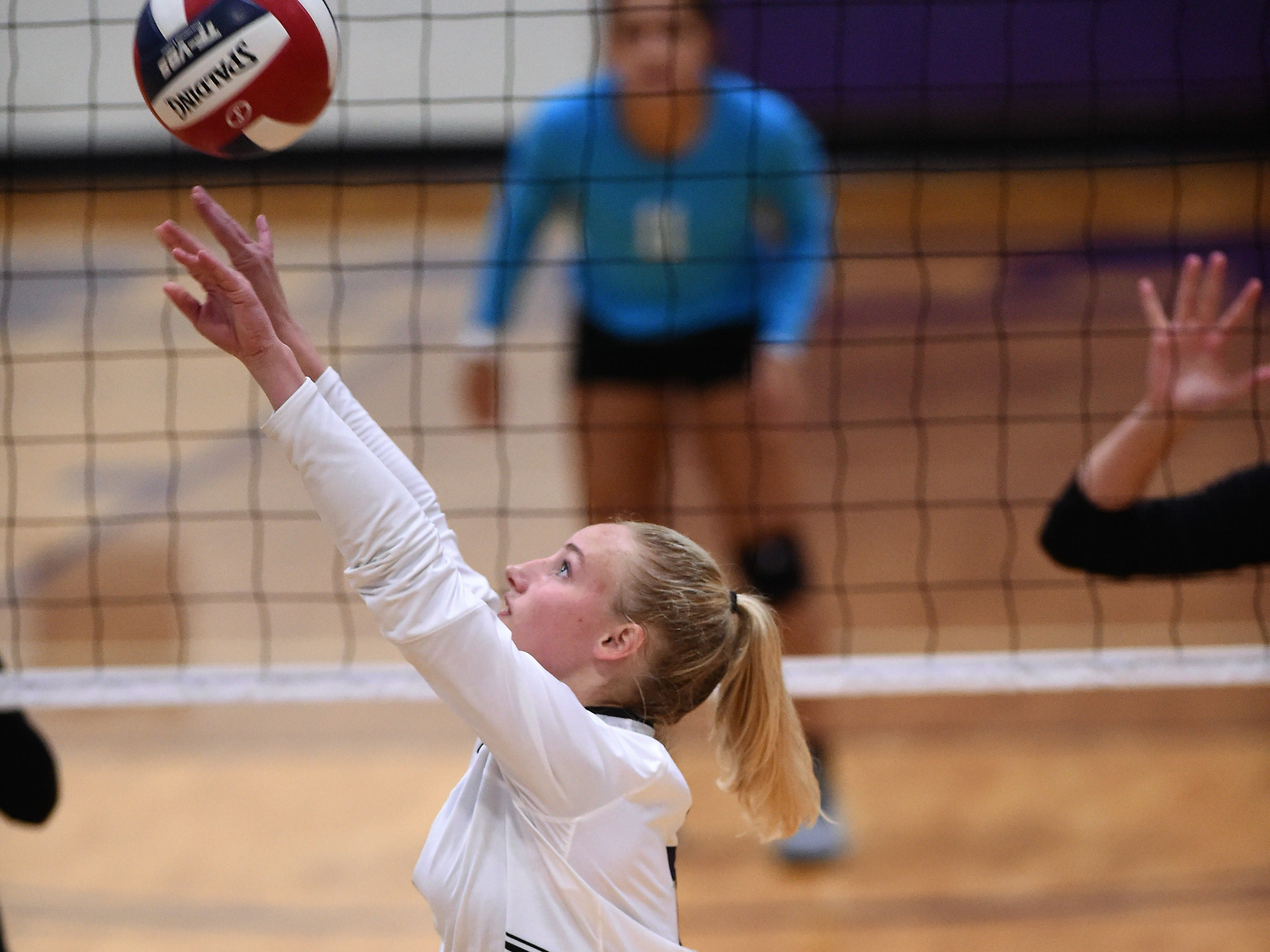 Wylie's Rylie Hays (7) passes the ball during the Lady Bulldogs' sweep of Big Spring on Tuesday, Sept. 18, 2018.