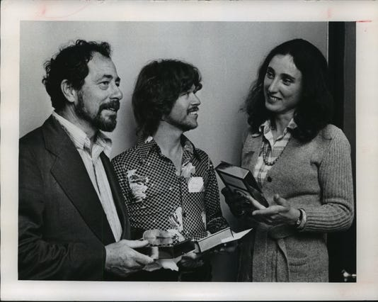 1974 Press Photo Warrington Colescott And Frances Myers Receive Artists Awards