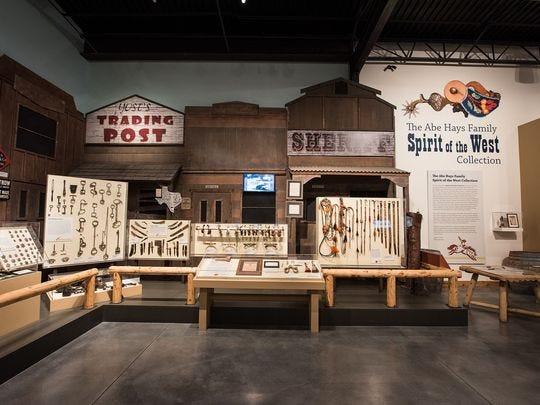 """La """"Colección Espíritu Escolar del Oeste de Abe Hays"""" (Abe Hays Family Spirit of the West Collection) es una de las muchas exhibiciones en el Western Spirit: el Museo del Oeste de Scottsdale que exhibe la cultura y el legado del Viejo Oeste."""